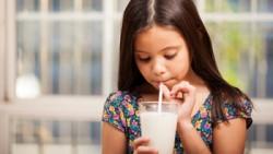 5 razones por la que los niños debieran tomar leche diariamente