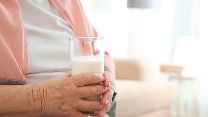 Bajo consumo de lácteos en dietas modernas aumenta riesgo de osteoporosis