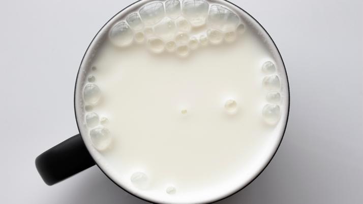 La leche de vaca no provoca cáncer y otros mitos de un alimento maltratado
