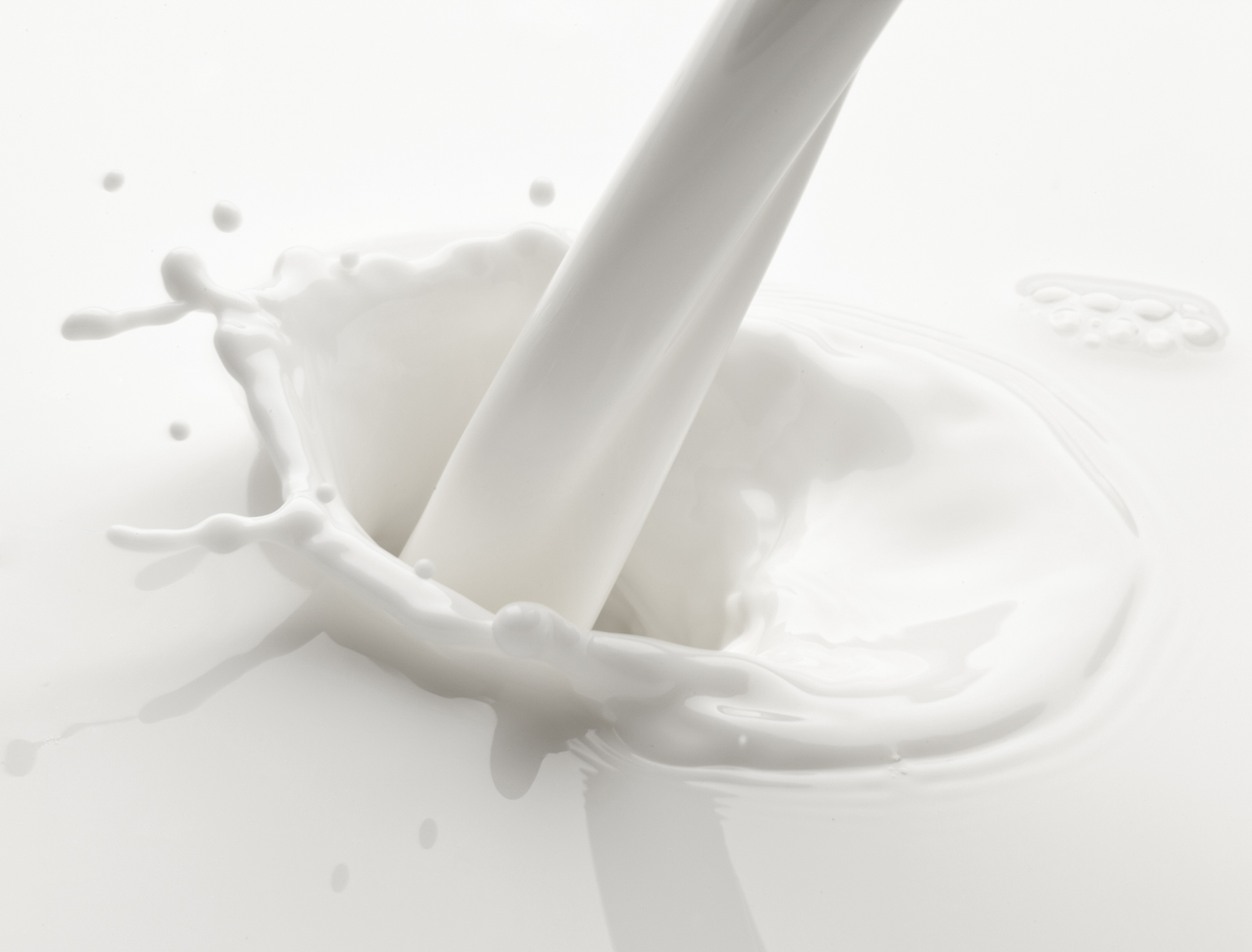 bigstock-Splash-of-milk-on-a-white-back-21892247_editada