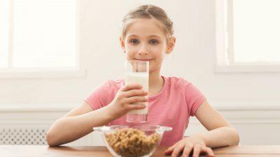 Los niños que beben leche entera tienen un 40 por ciento menos de riesgo de sobrepeso u obesidad