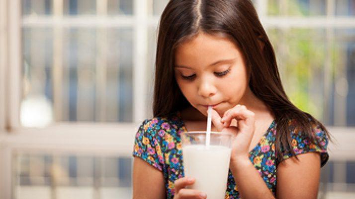 Por qué no escatimar en la leche para los niños pequeños