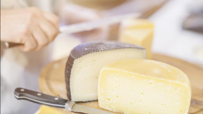 Comer queso podría compensar el daño causado por la sal a los vasos sanguíneos